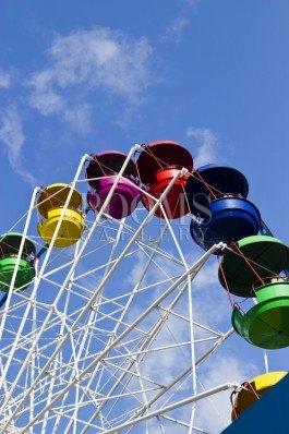 תמונה למשרד גלגל ענק צבעוני על רקע שמיים כחולים