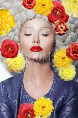 תמונה לבית אישה יפה עם פרחים צבעוניים