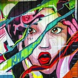 תמונה למשרד גרפיטי של אישה בצבעי אדום וירוק עזים