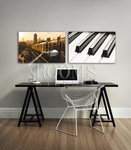 זוג תמונות למשרד המתאימות מעל שולחן מודרני שחור